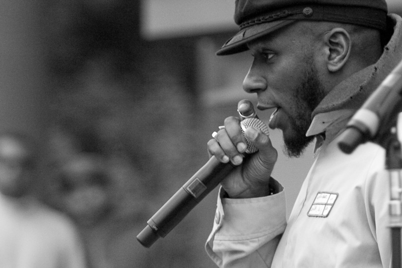Photo of Yasiin Bey with a microphone